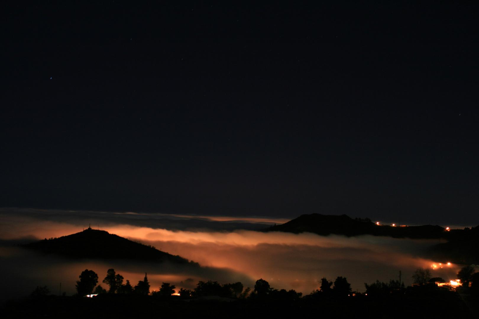 Luces bajo las nubes
