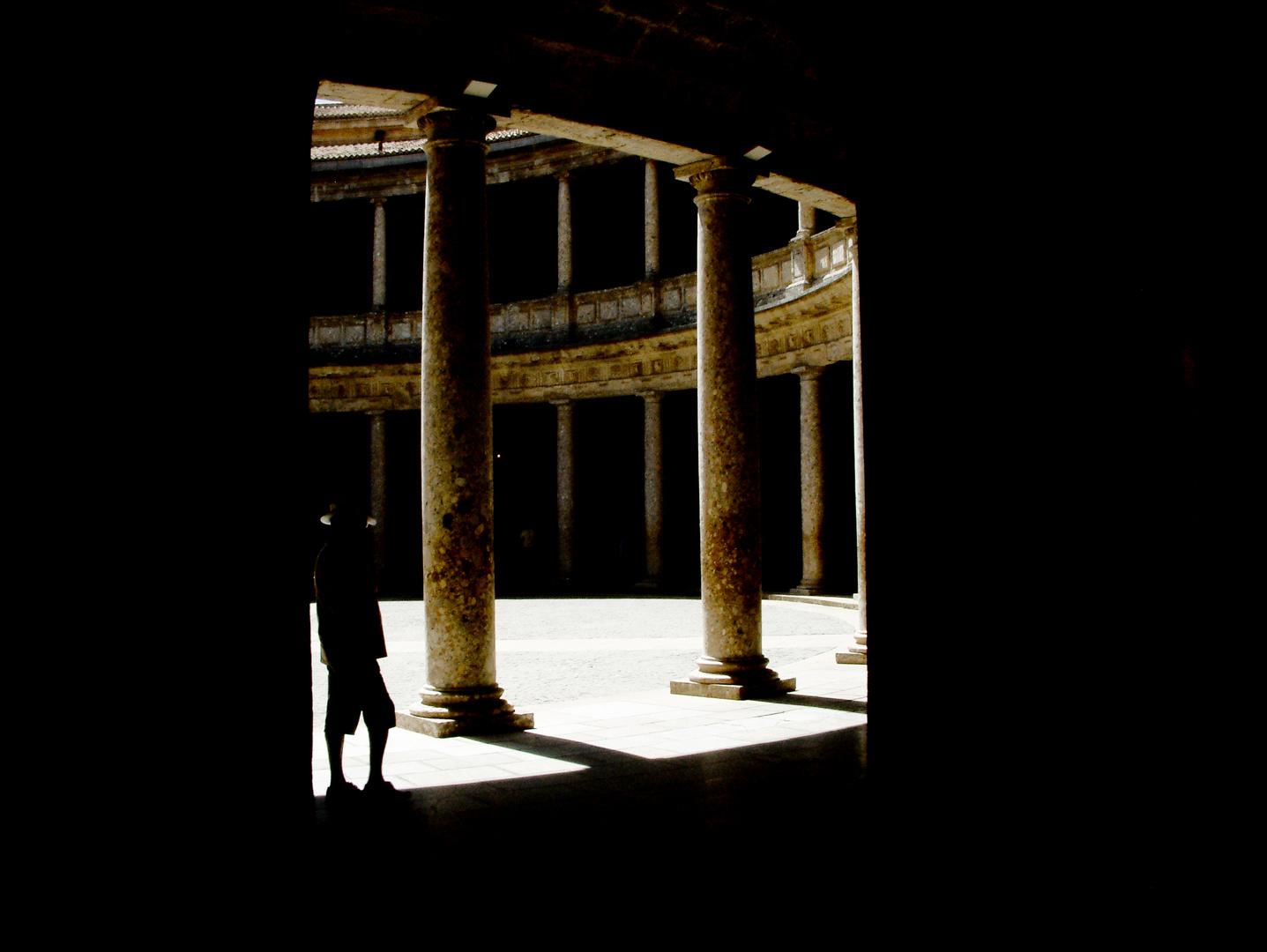 Luces y sombras del Palacio Carlos V