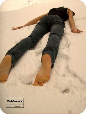 Lucia barfuß im Schnee