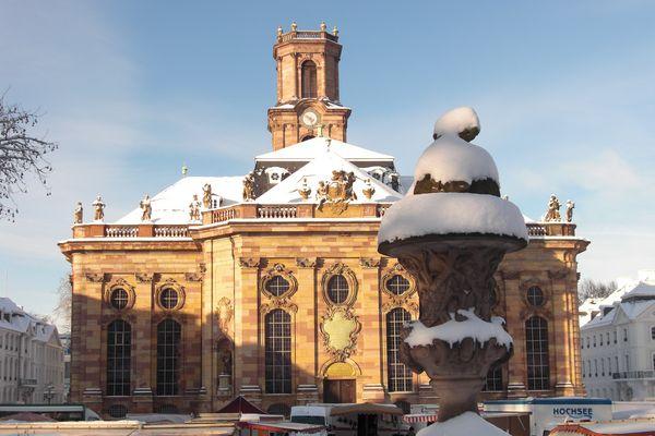 Ludwigskirche in Vormittagssonne nach Neuschnee