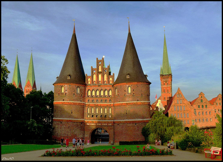 Lübecks Entrée mit Holstentor, St. Marien und St. Petri im Abendlicht