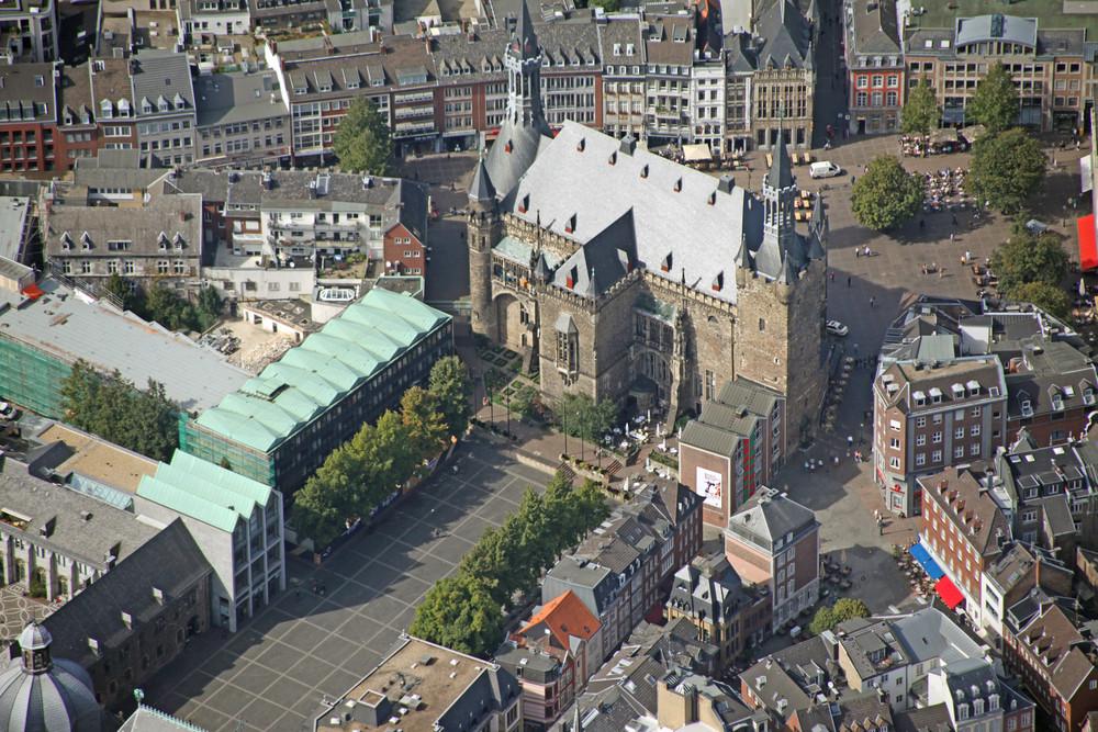 Luftaufname Aachen Rathaus, Katschhof, Dom