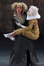 Luftgeist Ariel (Patrizia Margagliotta) auf dem Arm von Prospera (Maaike Schurmans)
