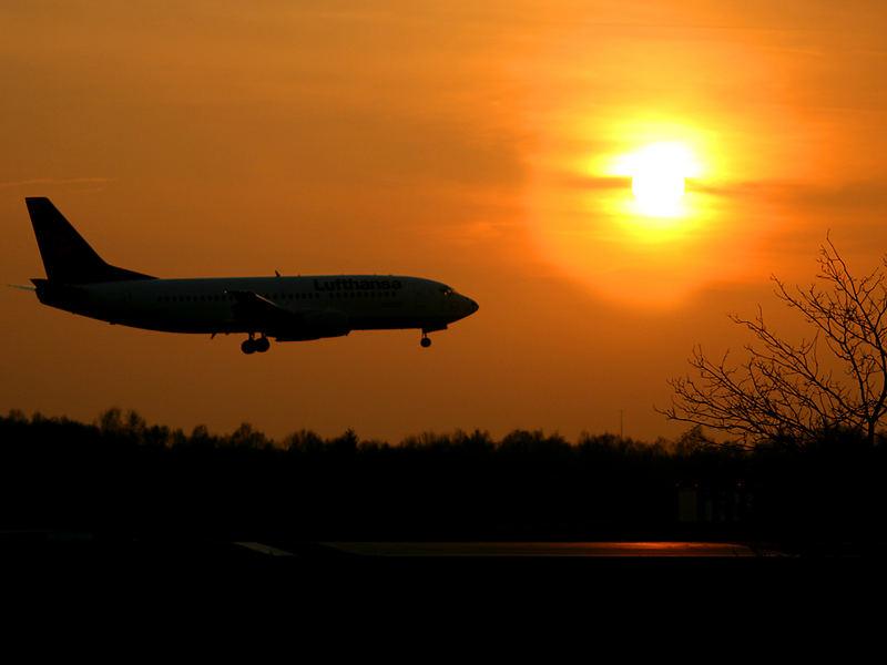 Lufthansa 737 im Sonnenuntergang