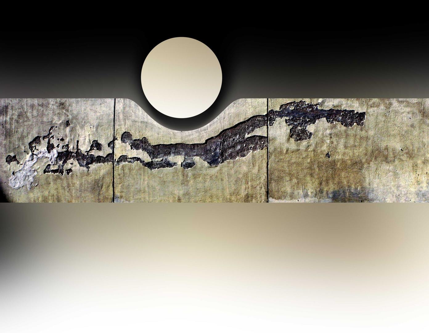 Luna suspendida en la pared de una Iglesia