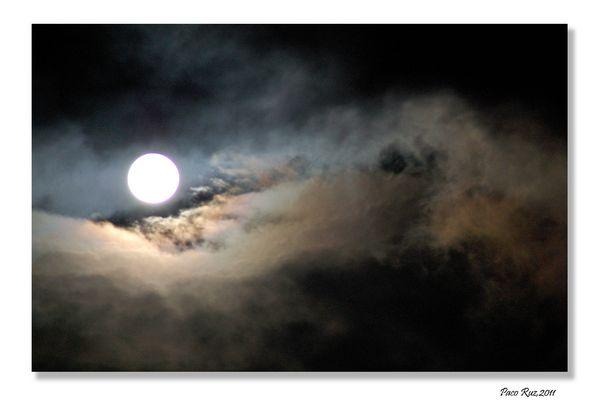 Luna y Nubes II