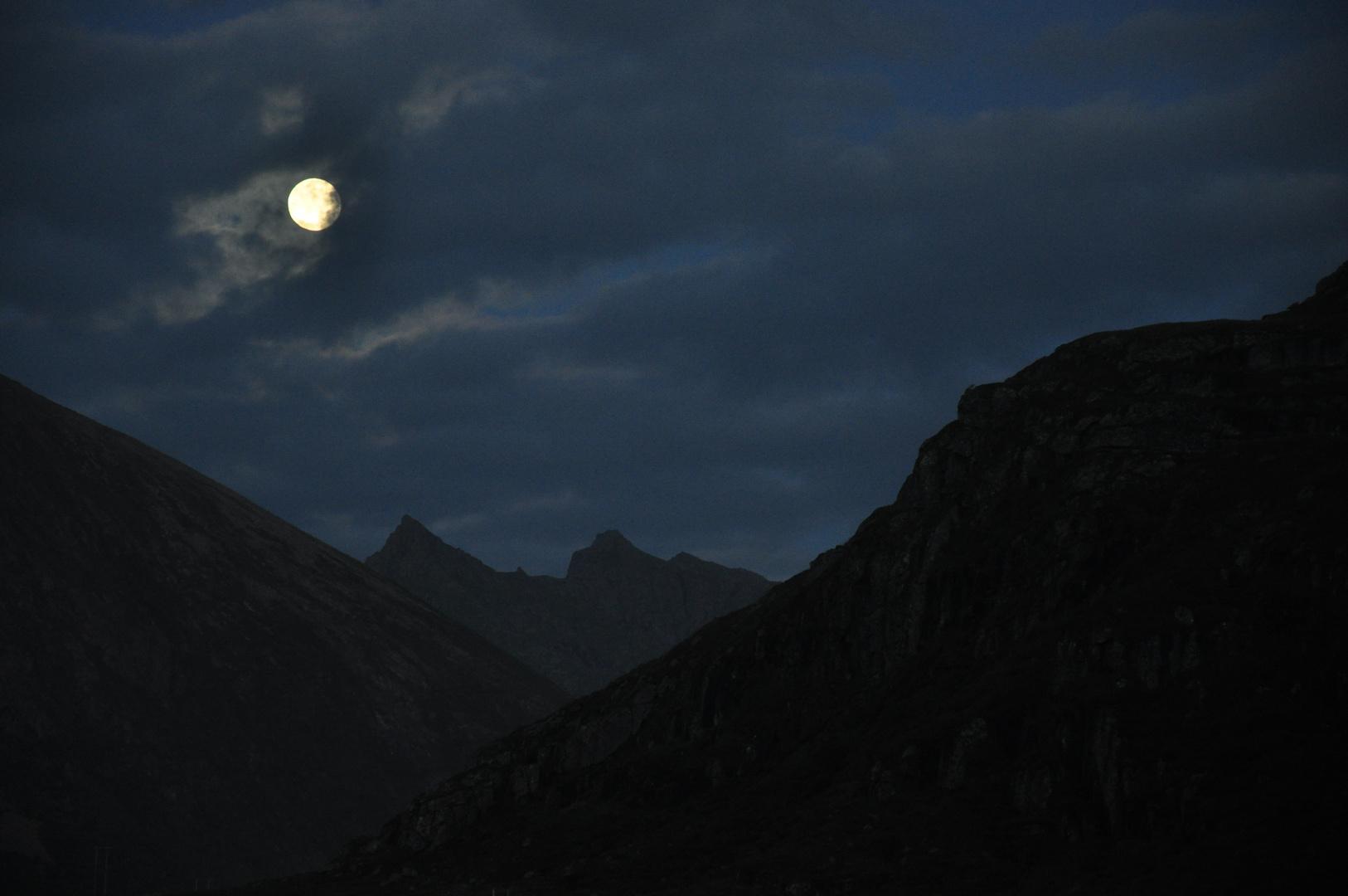 Lune sur les Lofotens