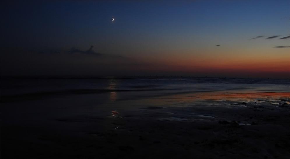Lungo la spiaggia di sera