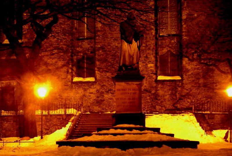 Luther in Annaberg (Erzgebirge) in der Nacht.