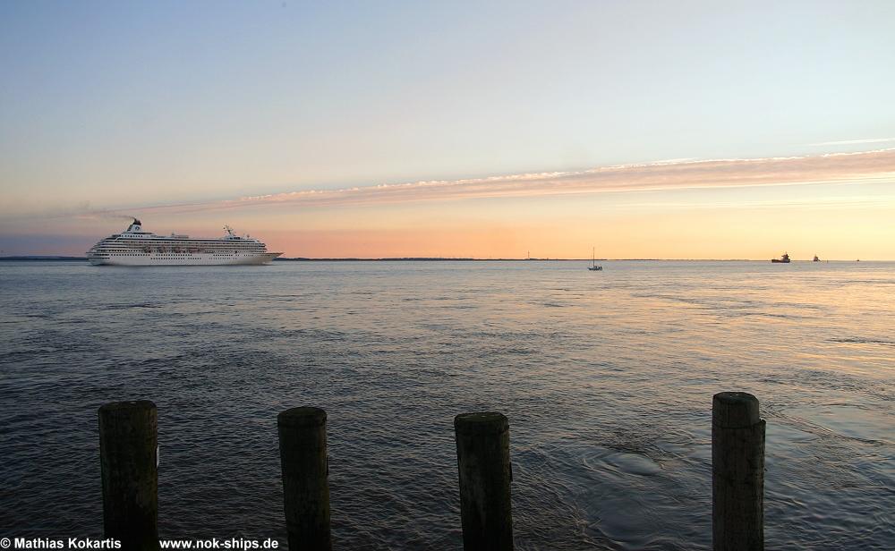 Luxuskreuzfahrtschiff auf der Elbe