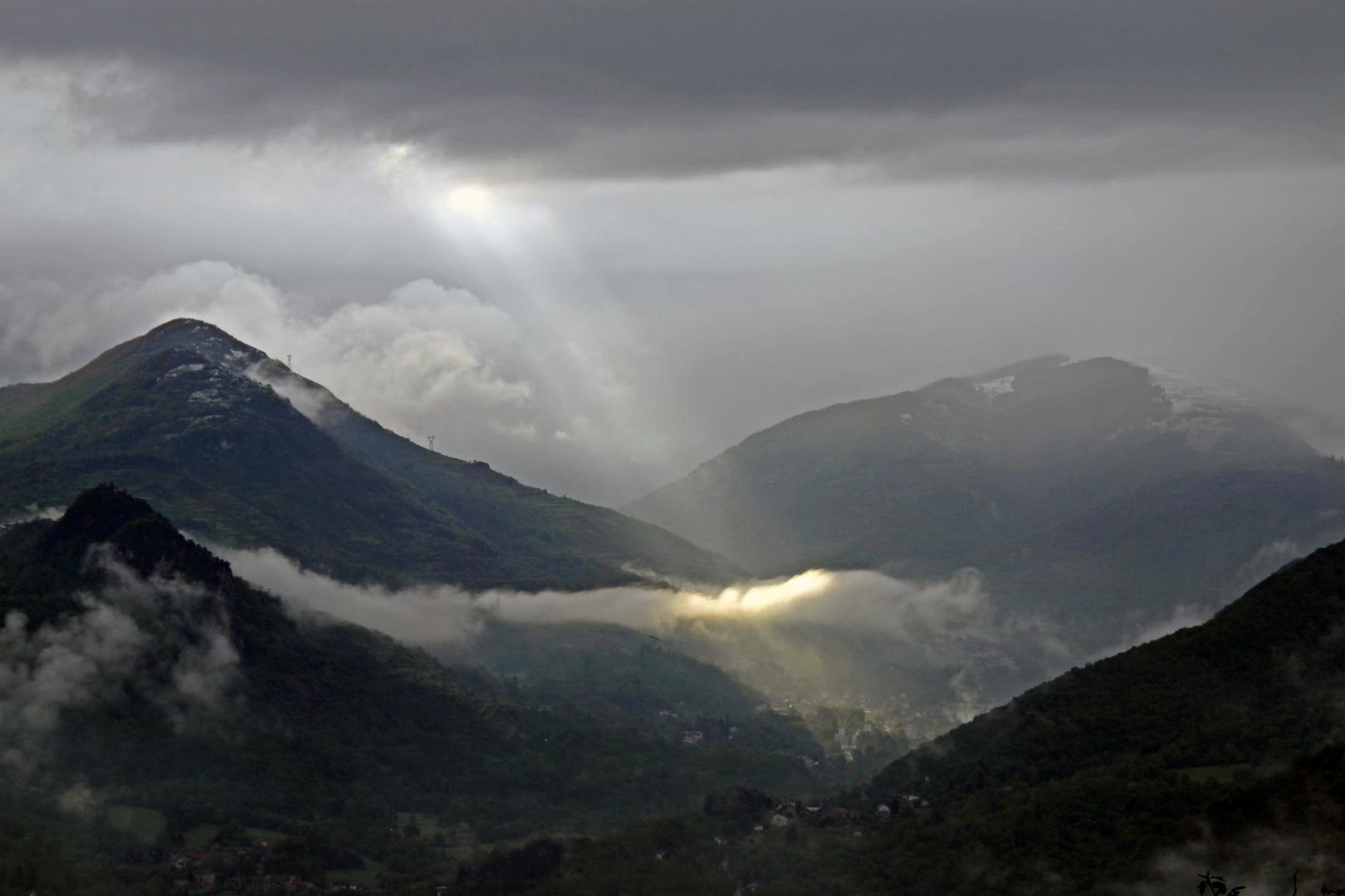 LUZENAC (09.ARIEGE)par temp de pluie sous un rayon de soleil