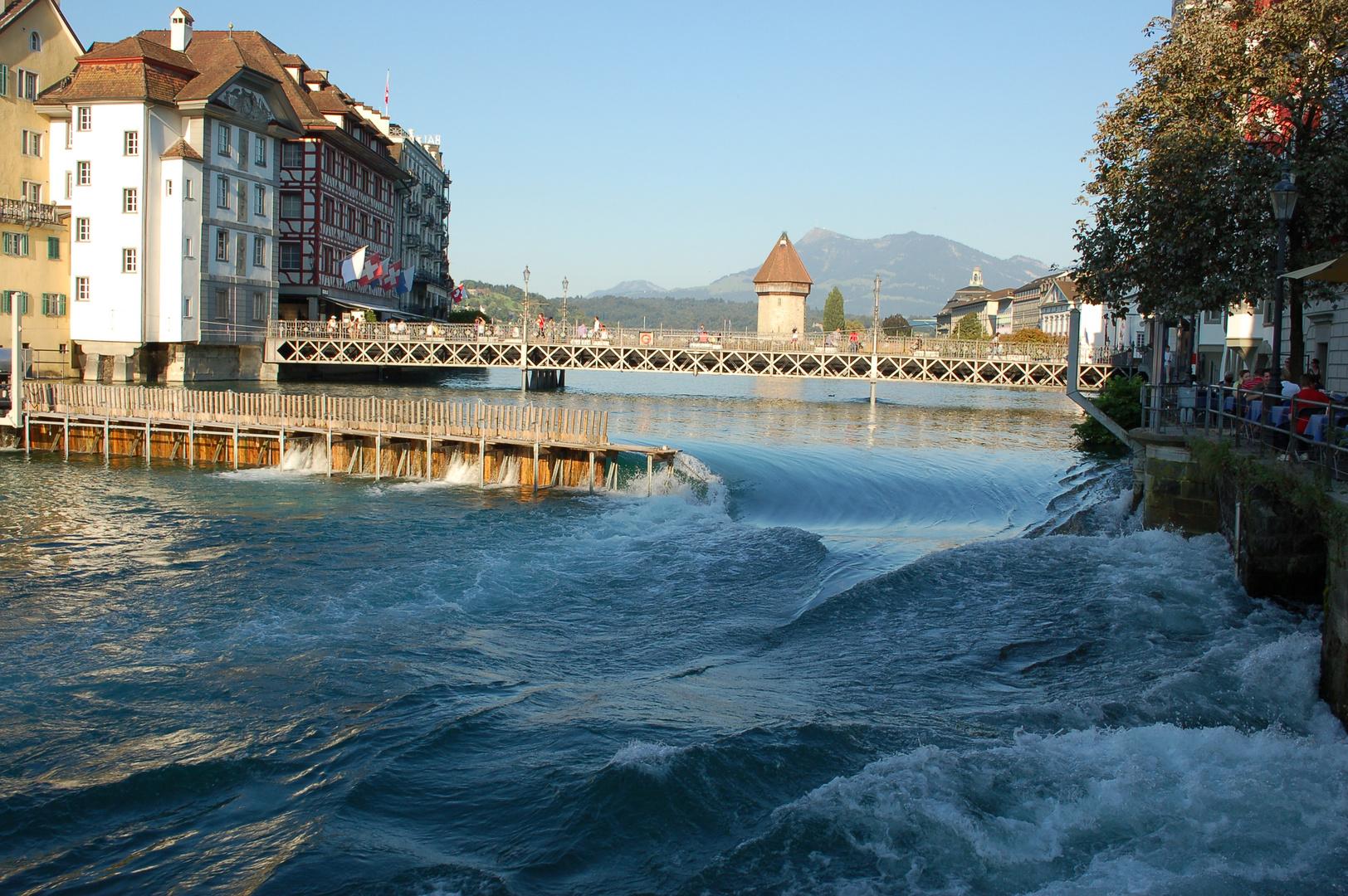 Luzern am Vierwaldstätter See vom Fluss Reuss mit Kapellbrücke im Hintergrund (2011)