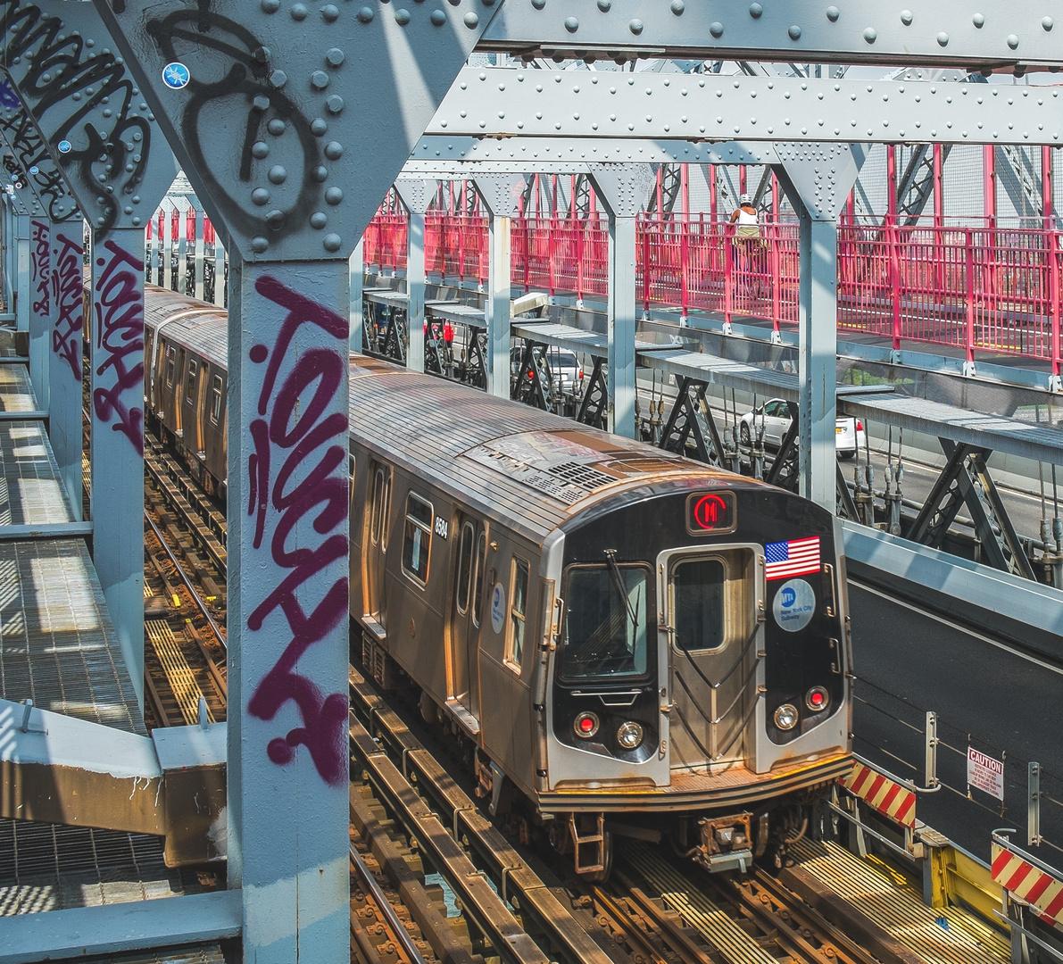 M Train auf der Williamsburg Bridge