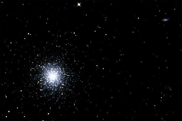 M13 und die Galaxie NGC6207