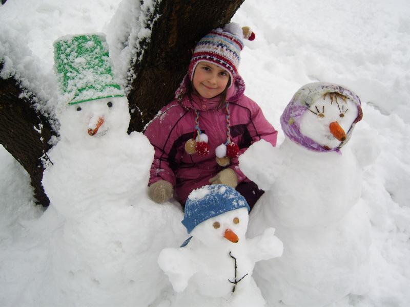 ma fille avec la famille de bonhommes de neige