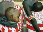 Maasai-Babys und Fliegen