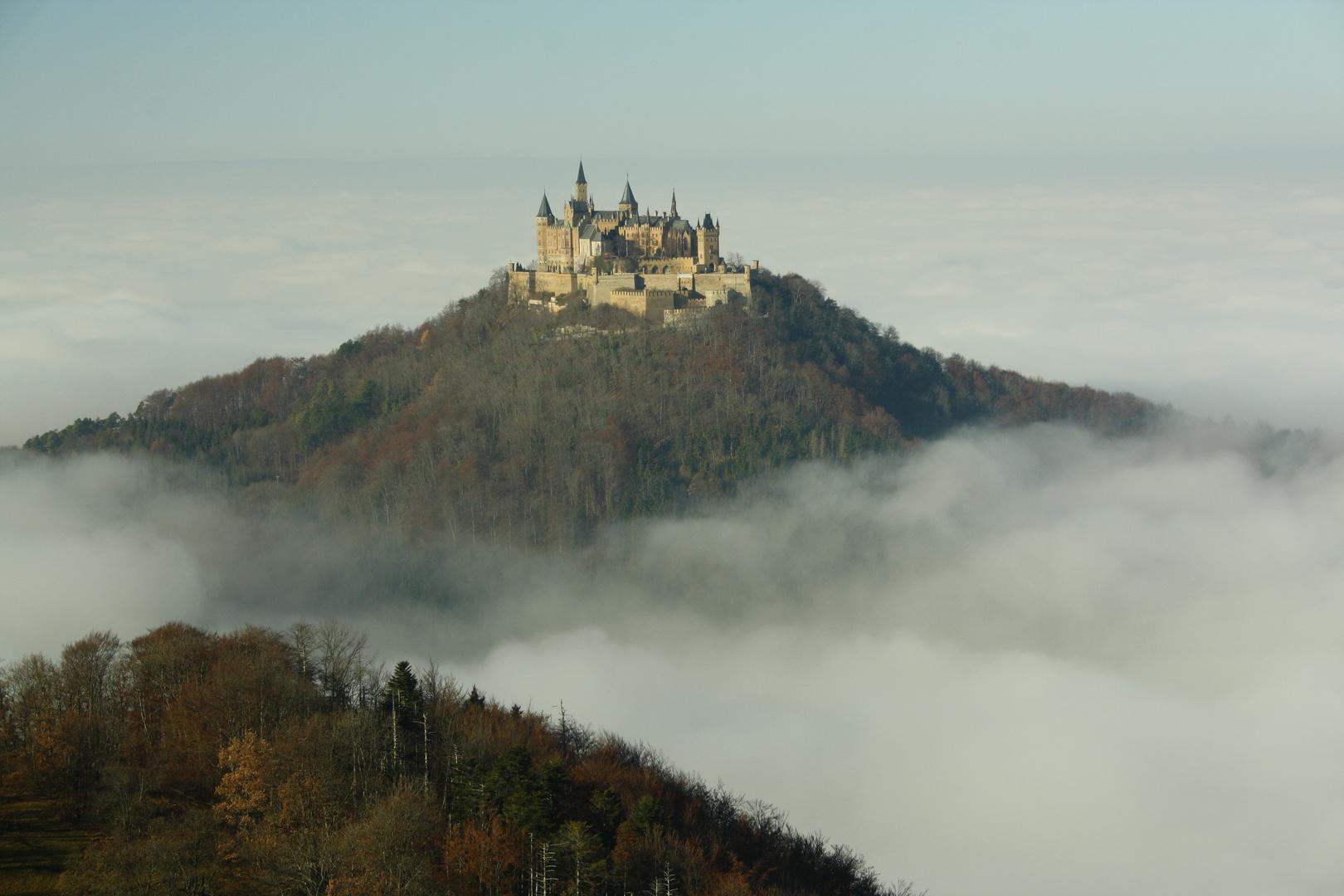 Mächtige Burg Hohenzollern erhebt sich erhaben aus dem Nebel