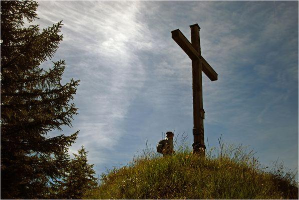 Mächtiges Kreuz auf kleinem Gipfel