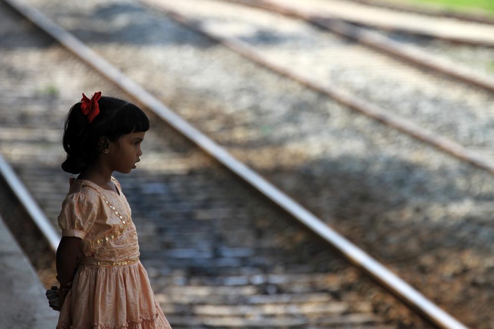 Mädchen am Bahnhof von Weligama Sri lanka