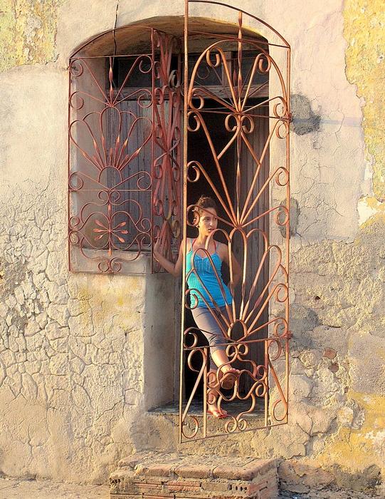 Mädchen an der Haustür