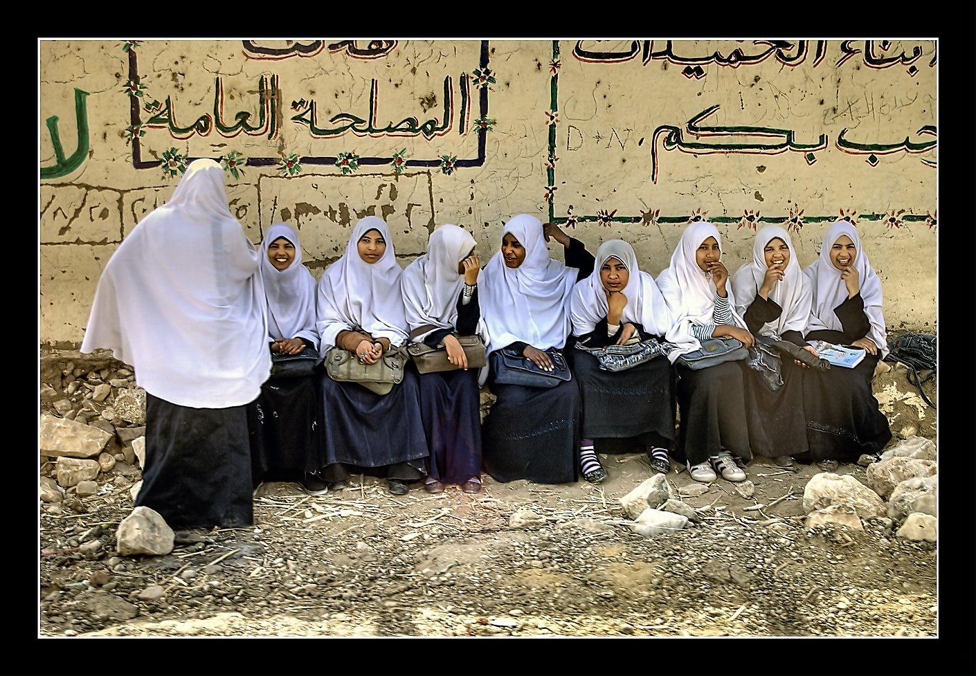 Mädchen an einer Haltestelle bei Assuan