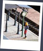 Mädchen auf dem Bahnsteig