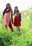 Mädchen auf dem Schulweg entlang den Backwaters in Kerala