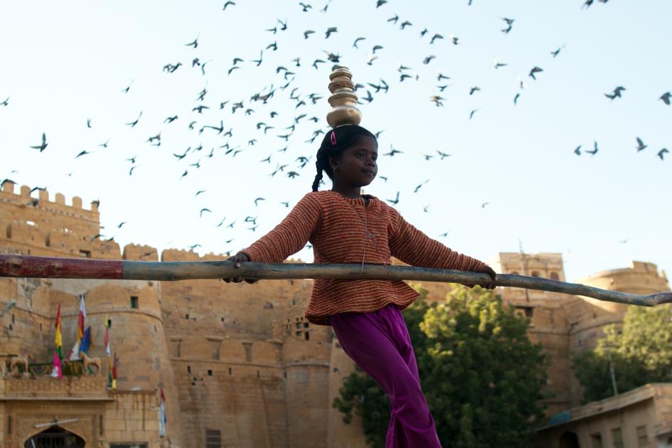 Mädchen auf dem Seil in Jaisalmer - Indien