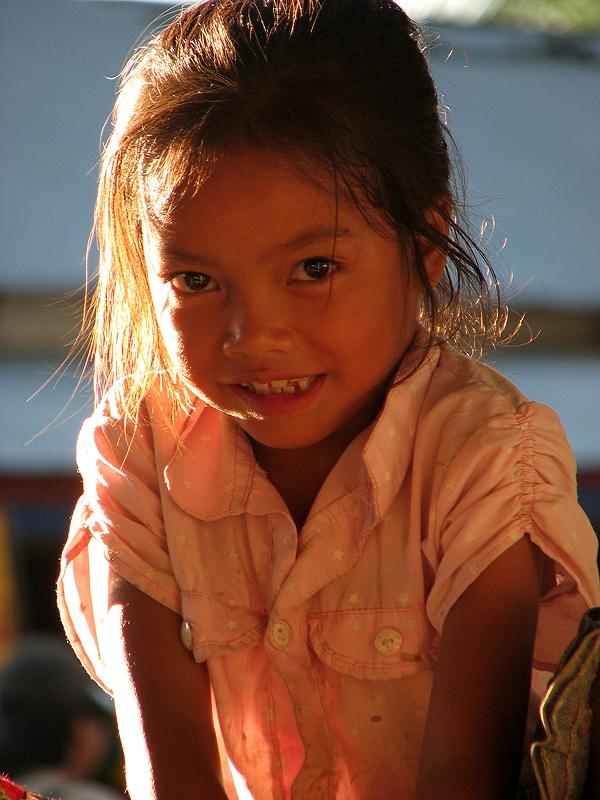Mädchen auf Markt in Muang Long (ca. 4h von Luang Namtha entfernt)