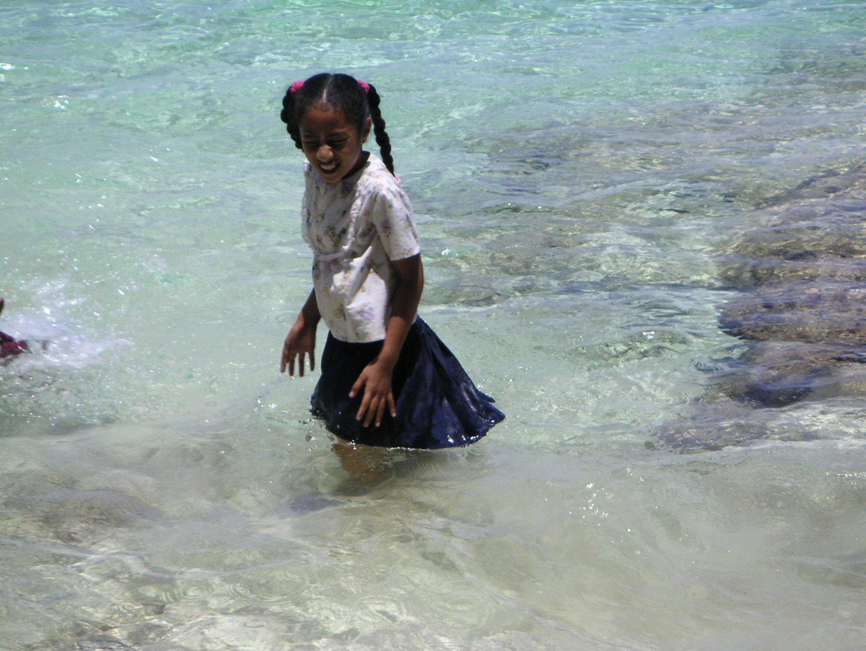 Mädchen beim Baden - Tonga