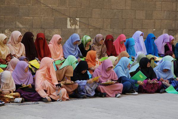 Mädchen einer Koran-Schule vor der Sultan-Hassan-Moschee, Kairo, Ägypten