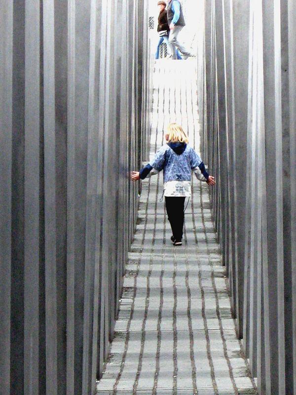 Mädchen im Holokaustdenkmal
