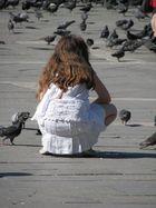 Mädchen in Venedig beim Tauben füttern