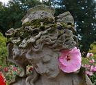 Mädchen mit Hut und Malvenblüte