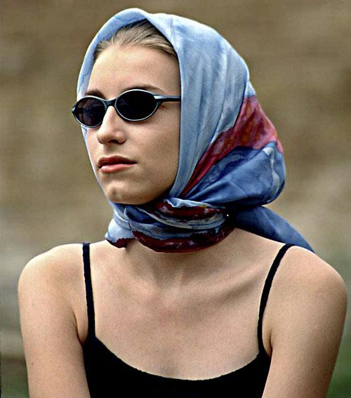 Mädchen mit Kopftuch und Sonnenbrille