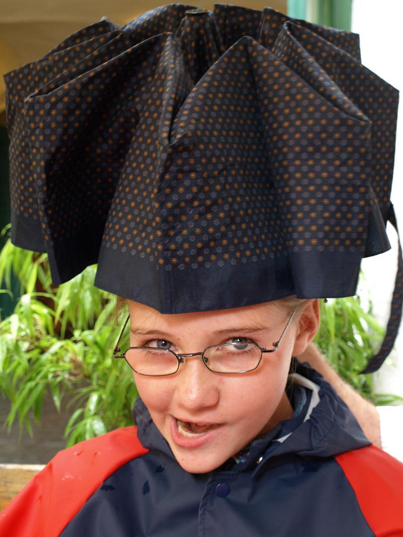 Mädchen mit Regenschirmhut