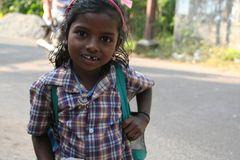 Maedchen mit Zahnluecke in Kerala Backwaters, Indien