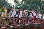 Mädchenparade The-Huc-Brücke