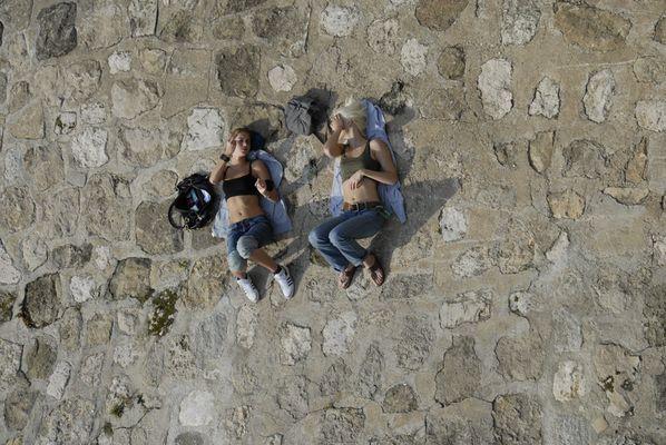 Mädels an die Wand geklebt....