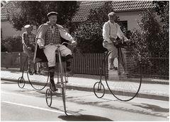 Männer auf dem Hochrad