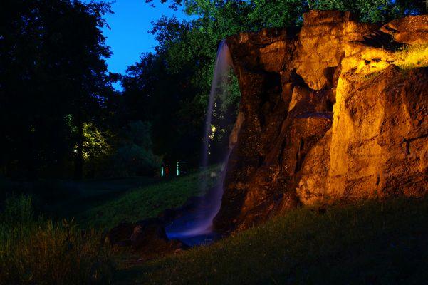 Märchenhafter Wasserfall im Schlosspark von Tangerhütte