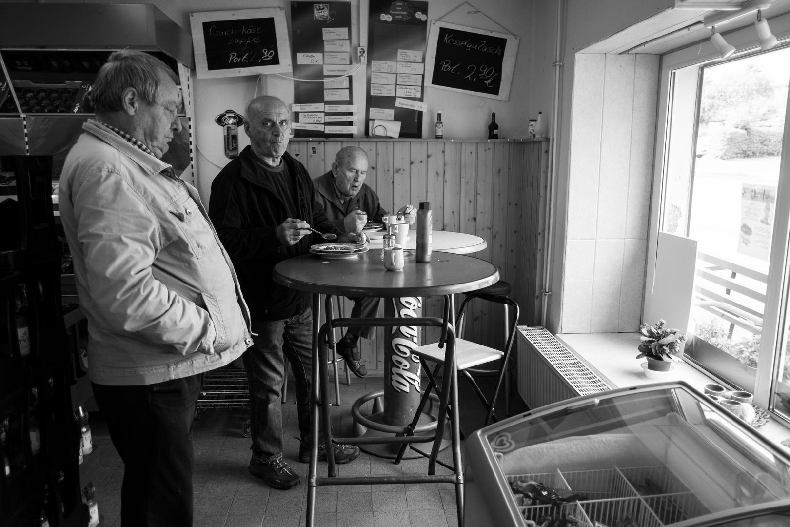 Mahlzeit. (Am Stehtisch - Imbiß Friedersdorf O.L., Sachsen)