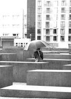 Mahnmal im Regen - s/w