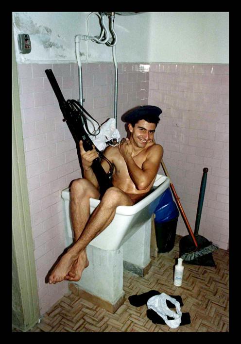 Mai abbandonare l'arma durante la guardia?