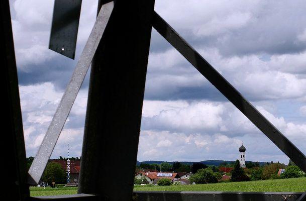 Maibaum, Zwiebelturm, weißblauer Himmel [Steetview]