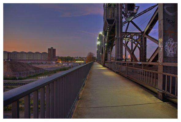 Main-Brücke in Frankfurt am Abend