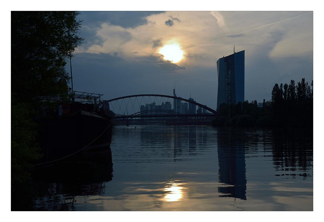 Main Sonnenuntergang heute...rechts der Klotz ist die neue EZB