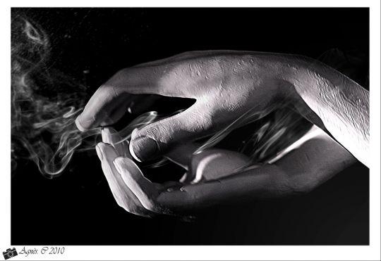 mains de statue et fumée