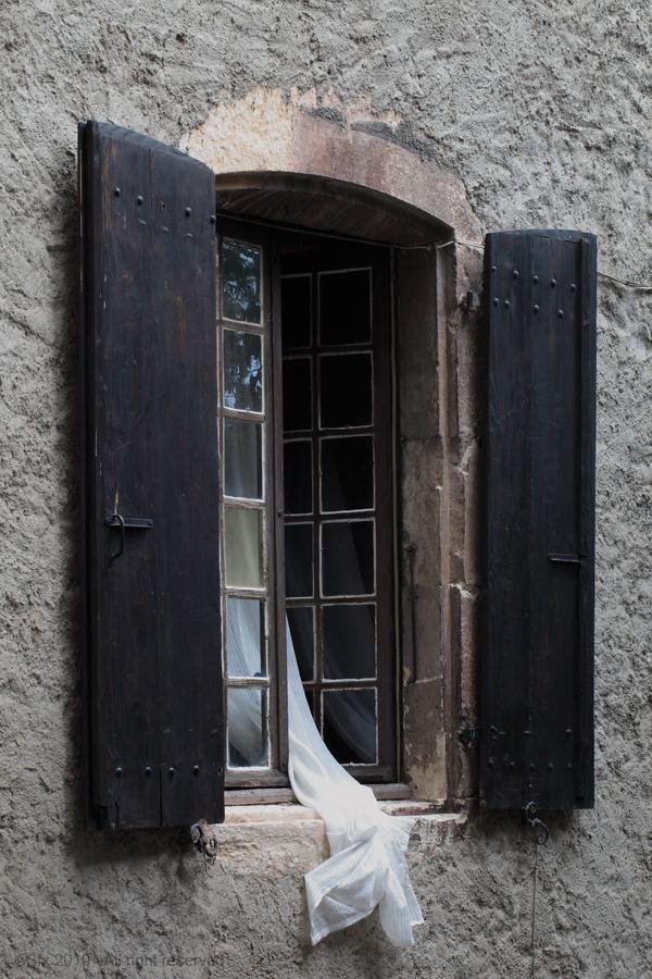 ...mais que se passe  t'il derriere cette fenêtre ?!...