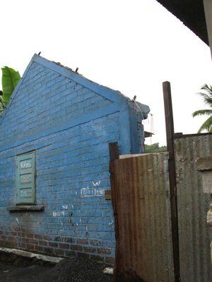 maison bleue décrochée de la colline
